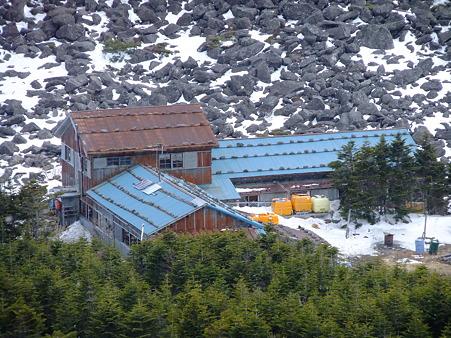 権現岳下山途中に見えてきた青年小屋