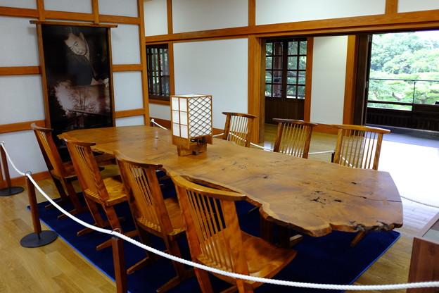 商工奨励館の椅子とテーブル