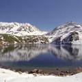 写真: 雪化粧の立山とみくりが池