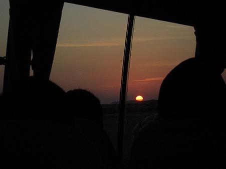 アブ・シンベル行きのバスから見る夜明け