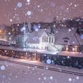 写真: 雪の降る街を